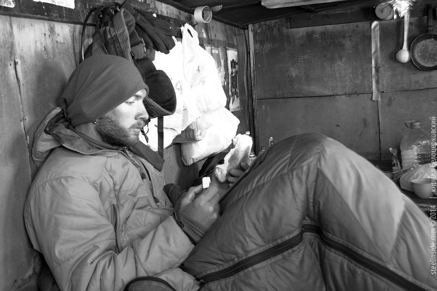 Кирилл Белоцерковский читает книжку и ест сыр