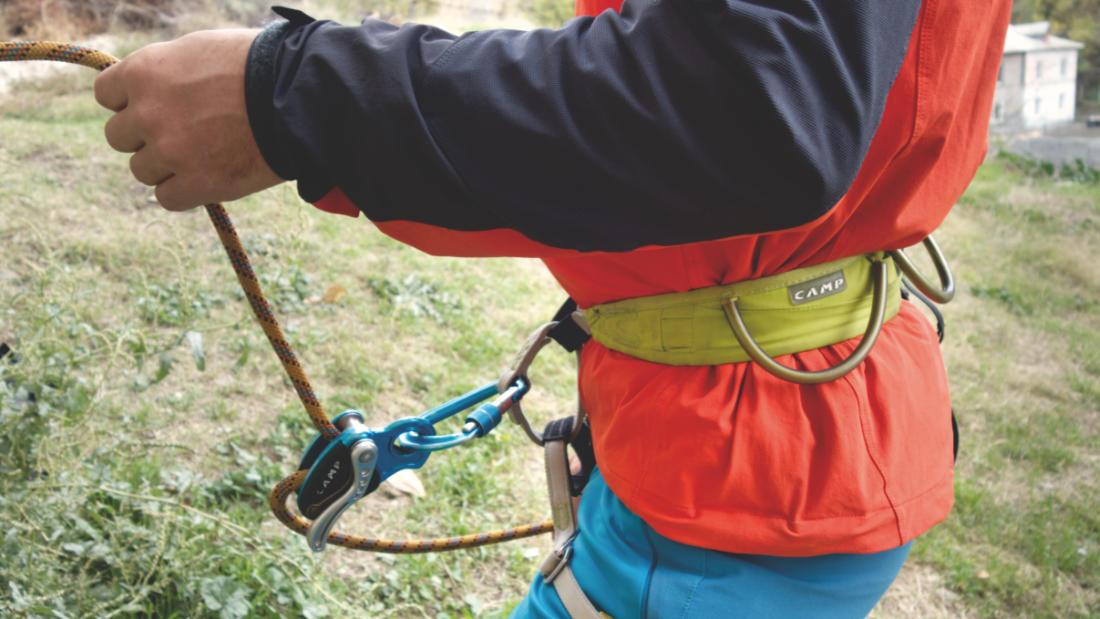 Обвязка с правильно пристёгнутым страховочным устройством