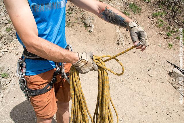 Пропускаем конец верёвки сквозь петельку