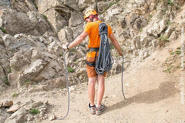 Бухта верёвки на спине