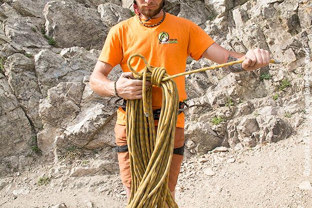 Мужик собирает верёвку