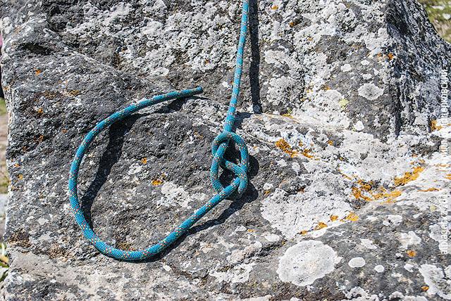 Пропустите конец верёвки сквозь петлю