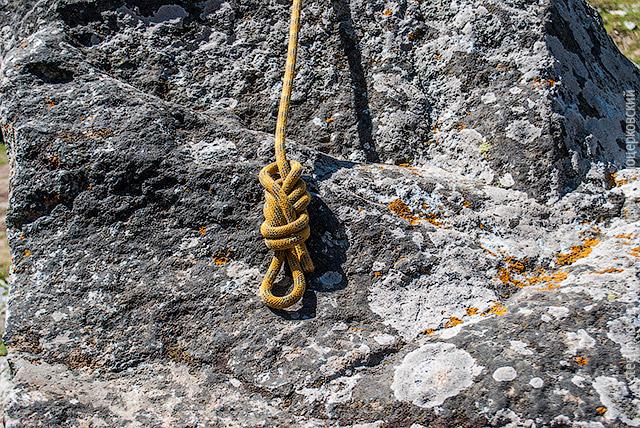 Оберните конец вокруг верёвки над узлом
