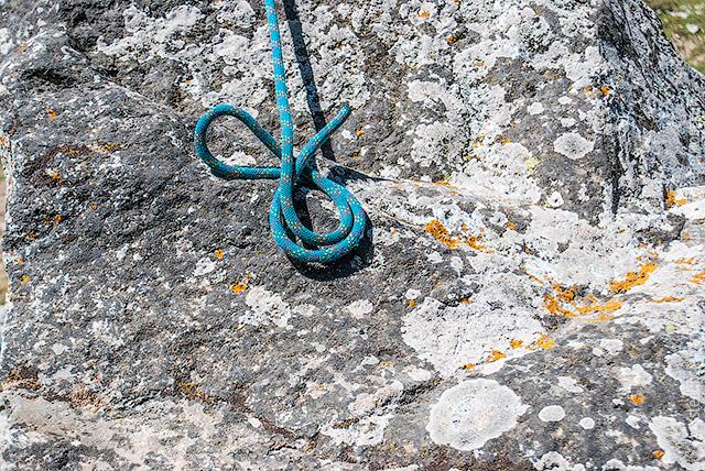 Оберните получившуюся петлю вокруг верёвки