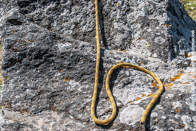 Сделайте петлю из жёлтой верёвки
