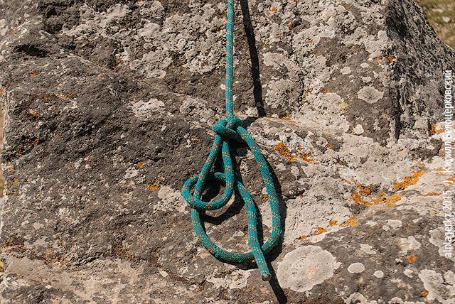 Оберните конец верёвки вокруг петли