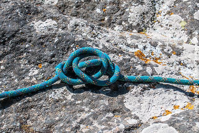 Обведите вокруг верёвки и вставьте в нижнюю петлю