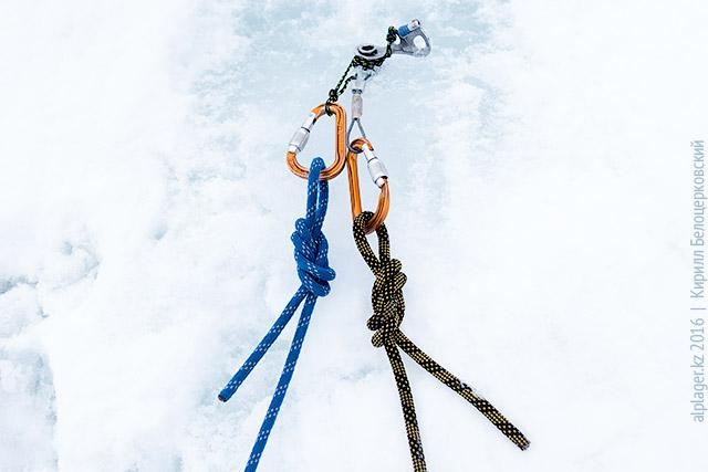 Справа спусковая верёвка, слева — сдёргивающая
