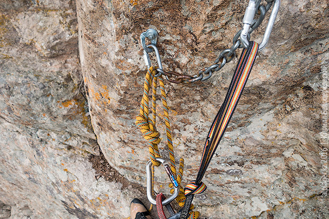Верёвка пристёгнута к обвязке