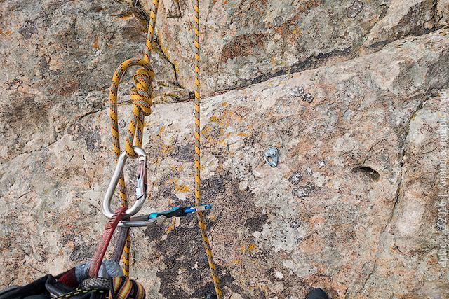 Оттяжка пристёгнута к обвязке и верёвке
