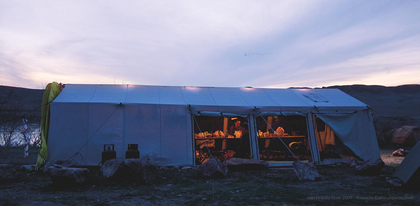 Столовая палатка под скалами