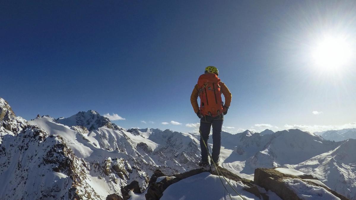 Кирирлл Белоцерковский с умным видом стоит на вершине пионера