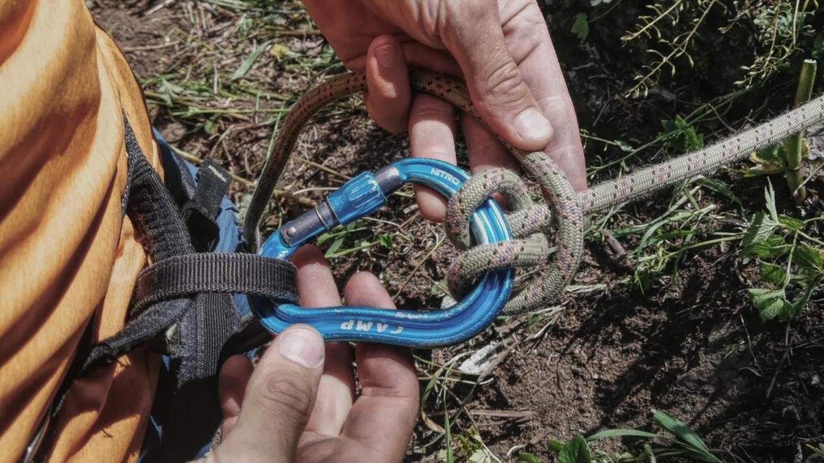 Как спуститься по верёвке без спускового устройства